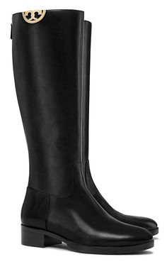 Our Sidney Boot has a refined look done in smooth black leather, with natural variations that become richer with wear, highlighting the quality of the grain. This ladylike play on an equestrian classi