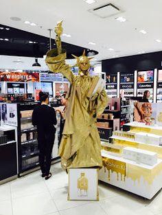 Human Statue Bodyart: Gold Statue of Liberty Calvin Klein CK One Gold