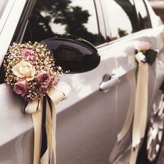 Auto Spiegel-/ Türstrauß, € - Wedding World Wedding Goals, Dream Wedding, Wedding Car Decorations, Decor Wedding, Just Married Car, Bridal Car, Bride Bouquets, Bridal Flowers, Wedding Trends