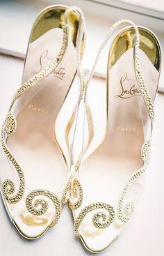 Que tal se casar de Louboutin? Esse modelo é a cara das princesas da Disney! A transparência faz com que os detalhes em dourado pareçam colocados diretamente nos seus pés.
