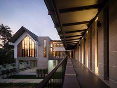Construido en 2017 en Tailandia. Imagenes por Tinnaphop Chawatin . Descripción de los arquitectos. Esta es una casa rural diseñada para un médico jubilado y su familia en el oeste de Tailandia. Situada lejos de la...