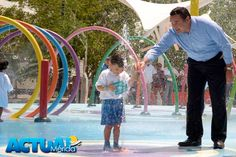 El alcalde Renán Barrera con un niño divirtiéndose