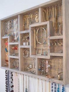 Vous êtes peut-être comme moi toujours en train de « traquer » vos boucles d'oreilles dans vos tiroirs ! Et je ne vous parle pas de mes colliers qui sont toujours emmêlés !! J'ai donc parcouru le web pour dénicher une liste bien pratique de rangement pour bijoux.