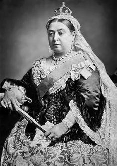 Victoria (née Alexandrina Victoria le 24 mai 1819 au palais de Kensington, à Londres et morte le 22 janvier 1901 à Osborne House sur l'île de Wight) fut reine du Royaume-Uni de Grande-Bretagne et d'Irlande du 20 juin 1837 jusqu'à sa mort. À partir du 1er juillet 1867, elle fut également reine du Canada, ainsi qu'impératrice des Indes à compter du 1er mai 1876, puis enfin reine d'Australie le 1er janvier 1901. Regina Victoria, Ile De Wight, Pope John, Cover Photos, Jon Snow, Survival, The Unit, India, World