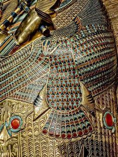 Ägyptisches Totenbuch — Closeup of the uraeus on the body of King Tutankhamun's first inner coffin New Kingdom Dynasty Egypt BCE Ancient Egypt Art, Old Egypt, Ancient Aliens, Ancient History, Ancient Egyptian Artifacts, European History, Ancient Greece, Art History, American History