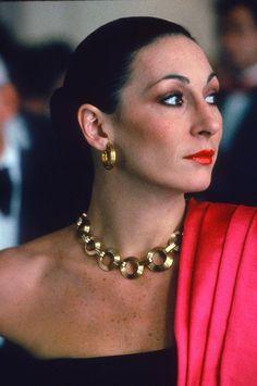 The Ageless Appeal of Anjelica Huston's Beauty Rudolph Valentino, Jack Nicholson, Christina Hendricks, Clint Eastwood, Scarlett Johansson, Vanity Fair, Expendables, Divas, Anjelica Huston
