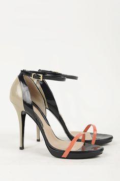 Sandalo in pelle verniciata, con tagli a decoro, con cinturino alla caviglia regolabile, plateau 1 cm, tacco 12 cm.
