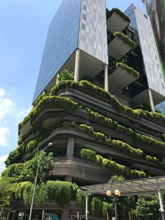 60 times hotels went the extra mile for guests Hotel Architecture, Green Architecture, Futuristic Architecture, Amazing Architecture, Architecture Design, Singapore Architecture, Building Architecture, Green Tower, Green Facade