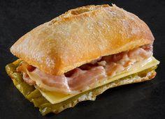 Bocadillo de bacon y queso de fundir