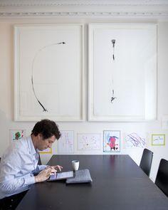 Un parti pris dans la cuisine où le noir et le blanc sont à l'honneur. Sur le mur encre de chine d'Alexandra Loewe à la galerie Pierre-Alain Challier.