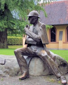 Sherlock Holmes Statue in Meiringen, Switzerland, the village at the bottom of the Reichenbach Falls. The building in the background is the Holmes Museum in the old English Church, set up by the Sherlock Holmes Society of London. Sherlock Holmes Stories, Sherlock Bbc, Mary Celeste, The Reichenbach Fall, Famous Detectives, Literary Characters, Arthur Conan Doyle, Johnlock, Baker Street