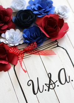 Patriotic Pallet Wood Sign with Rolled Paper Flowers - The Craft Patch Carved Wood Signs, Wood Pallet Signs, Diy Wood Signs, Wood Pallets, Diy Crafts For Gifts, Crafts To Make And Sell, Diy Craft Projects, Pallet Projects, Flower Shadow Box
