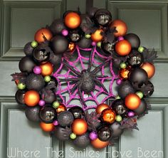 Check out these awesome diy Halloween wreaths that will dress up your door. Get in the Halloween spirit with these fun wreaths that scream Halloween. Hallowen Ideas, Homemade Halloween Decorations, Theme Halloween, Halloween Ornaments, Halloween Festival, Halloween Projects, Holidays Halloween, Halloween Crafts, Halloween Wreaths