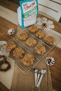 Easy, Five-Ingredient Vegan Peanut Butter Cookies - Living in Color Vegan Dessert Recipes, Vegan Breakfast Recipes, Vegan Snacks, Eat Breakfast, Cookie Recipes, Snack Recipes, Vegan Peanut Butter Cookies, Five Ingredients, Clean Eating