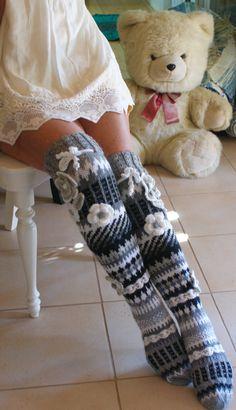 Som sok eller benvarmer Crochet Quilt, Love Crochet, Diy Crochet, Wool Socks, Knitting Socks, Hand Knitting, Crochet Boots, Crochet Clothes, Crochet Leg Warmers
