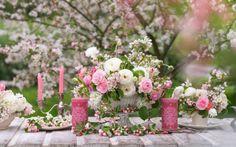 Aktuálne sú rozkvitajúce konáriky. Tak sa zahrajte na aranžérov a vytvorte si krásne kvetinový aranžmán. Použite rozkvitnuté konáriky jablone, ruže a iskerníky.