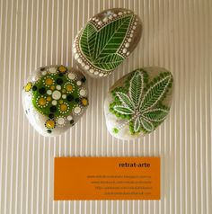 Piedras pintadas en verde / Painted stones in green ༺✿ƬⱤღ  http://www.pinterest.com/teretegui/✿༻