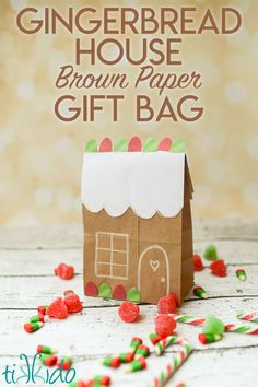 Easy Paper Bag Gingerbread House Package - Want a fun way to give a gift this holiday season? Turn a plain brown paper lunch bag into a little gingerbread hous. Christmas Gift Bags, Noel Christmas, Christmas Paper, Christmas Crafts For Kids, Christmas Wrapping, Diy Paper Bag, Paper Bag Crafts, Paper Gift Bags, Construction Paper Crafts