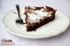 Una morbidissima e fondente torta dove cioccolato e caffé si sposano alla perfezione! Procedimento Tagliate il cioccolato a pezzetti e scioglietelo a bagnomaria con il burro. Quindi incorporateci il caffé ancora caldo. Separate i tuorli e gli albumi. Montate i tuorli con lo zucchero fino ad ottenere un composto gonfio e spumoso. Aggiungete quindi le […]