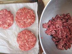 Preparación: 10 min Cocción: 10 – 15 min Tiempo total: 25 – 30 min Si te gustan las hamburguesas, aquí hay una forma rica y sana de disfrutarlas. Ingredientes 380 grs. de carne molida 1 cebollín cortado en cubitos Medio pimiento morrón cortado en cuadritos 1 Huevo 2 cucharadas de mostaza sal, pimienta, ajo en …