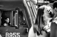 De cuando en el medio de una sesión el maquinista del tren pasa saludando.  #Maquinista #Machinist #Tren #Train #Amor #Love #Sesion #Esession #Pareja #Couple #Casamiento #Weddings #Civil #Marriage #Urbano #Urban #Estacion #Station #TrainStation #EstacionDeTren #Novia #Bride #ChristianHolzFotografo #CABA #BuenosAires #VillaDelParque #Fotografo