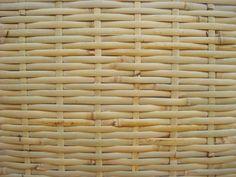 Idealizadas principalmente para forrações de teto, as esteiras de bambu são feitas de tiras extraídas do tronco do bambu. A instalação sobre caibros de madeira dispostos sob o ripamento das telhas. São confeccionadas sob medida pela Cobrire. Preço: R$ 70,00/m² (a placa de bambu comum, de trama simples)