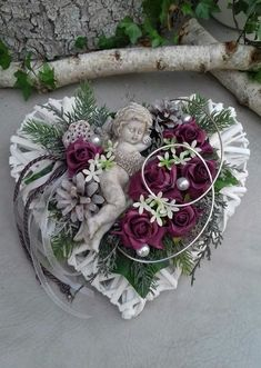 decorated grave jewelry consisting of: a wicker heart, artificial green and flowers, foam roses Cemetery Decorations, Diy Diwali Decorations, Christmas Decorations, Arrangements Funéraires, Funeral Floral Arrangements, Deco Floral, Floral Design, Recycled Garden Art, Diwali Diy