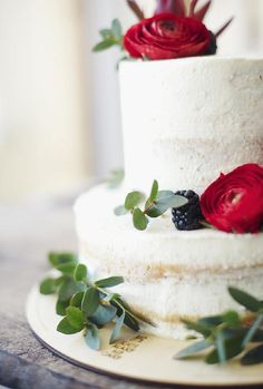 Berries and greenery brighten up a simple rustic wedding cake | Miu Wedding 03 Детали
