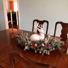 35 Ideas fantásticas para decorar con renos en Navidad - Dale Detalles Patriotic Wreath, Patriotic Decorations, 4th Of July Wreath, Summer Wreath, Christmas Centerpieces, Christmas Decorations, Holiday Decor, Christmas Wreaths For Front Door, Easter Wreaths