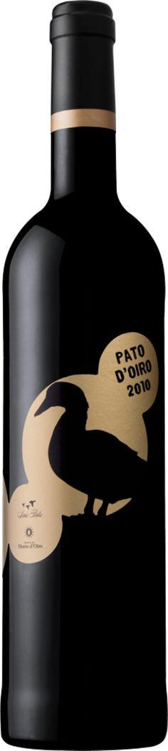 Pato d'Oiro é resultado da parceria de dois grandes nomes do vinho português – Luís Pato e José Bento dos Santos. Amigos desde a universidade, os dois produtores criaram um lote com 45% de Baga, da vinha Pan, uma vinha com mais de 90 anos na Bairrada, e 45% Tinta Roriz e 10% de Syrah, de Lisboa. | #Portugal #winelovers #wine #holidays