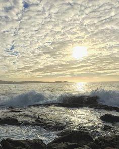 """Acabar el martes festivo de esta manera es mágico. Te da la energía suficiente para """"empezar"""" la semana a tope. ☀️ ¡Buenas noches a todos! #sunset #nofilter #beach #areas #waves #sea #sun #december"""