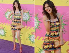 Quem também optou por um look estampado com cores fortes foi Victoria Justice, com vestido curtinho frente-única da grife Pia Pauro. A peça foi combinada com bolsa-carteira e sandálias, ambas em tons de laranja.