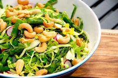 Find din favorit blandt disse salater med spidskål. Spidskålen er fremragende i salatskplen, hvor den strimles fint, og kan blandes med de fleste andre grønsager. Foto: Guffeliguf.dk.