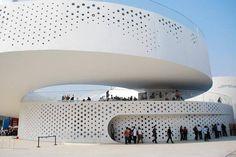 Denmark Pavilion: La sirenita en China  El pabellón ubicado  Shanghai, China  diseñado por BIG. Es una  gran lazo en el que los visitantes viajan alrededor y tiene la oportunidad de experimentar la forma urbana danesa, en el centro del pabellón hay una gran piscina en la cual los visitantes pueden nadar en el centro una estatua que se ha convertido en un símbolo...
