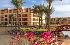 Een vakantie in een ROBINSON Club is een belevenis. Leer surfen of boogschieten, geniet van een ontspannende behandeling in het Wellnesscenter, laat heerlijk voor je koken en strijk neer met een goed boek onder een parasol op een fijn strand. Gebouwd in typische Egyptische stijl, tussen de woestijn en de Rode Zee. Staar vanuit de panoramasauna naar het gouden strand en de azuurblauwe zee. Soma Bay heeft één van de grootste duikcentra in de regio en het 'huisrif' is voor snorkelaars en…
