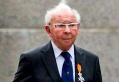 """11-Jul-2014 8:50 - OORLOGSHELD HOEBEN OVERLEDEN. In Stramproy is de oud-marinier Albert Hoeben (94) overleden. Hij was één van de weinige dragers van de Willemsorde, de hoogste militaire onderscheiding die Nederland kent. Hoeben kreeg de onderscheiding in 1947 van koningin Wilhelmina voor zijn heldendaden tijdens de politionele acties in het voormalig Nederlands-Indië. """"Hij trad buitengewoon doortastend op toen hij als korporaal in 1945 diende bij de Mariniersbrigade op Oost-Java'',..."""