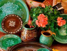 Hermosa vajilla mexicana en combinación de barro natural y esmaltado en verde. Puebla, México.
