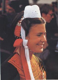 """Détails de la coiffe 1880 - la coiffe posée sur un bonnet qui recouvre l'arrière de la tête se fixe par un ruban appelé le """"bouloutenn"""" qui enserre le chignon. Un élément de dentelle séparé forme l'arrière de la coiffe : le daledenn. Les rubans qui partent du haut se nouent sous la gorge."""