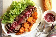 Redondo de ternera con frutos rojos - Ingredientes para 4 personas Un redondo de ternera de 1 kg aproximadamente, 1 cebolla, 150 gr de frutos rojos congelados, 1/2 vaso de vino t...