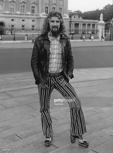 Scottish comedian Billy Connolly in front of Buckingham Palace during a visit to London, July (Photo by Keystone/Hulton Archive/Getty Images) Uk History, London History, Funny People, Funny Men, Billy Connolly, Ideal Man, Comedy Tv, Tv Presenters, Sports Stars