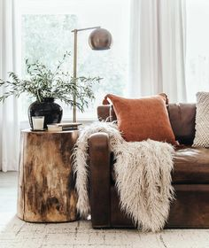 So cute home details. I love this interior design! It's a great idea for home decor. Cozy Home design. Room Decor, Room Inspiration, Decor, Interior Design, Home Living Room, Home, Interior, Rustic Living Room, Earthy Living Room