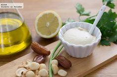VEGANESA 60g de nueces de macadamia, 60g de anacardos, 3 dátiles sin hueso, 120ml de agua, 3 cucharadas de aceite de oliva, 1/2 cucharada de vinagre de manzana, 1 cucharada de zumo de limón, 1 diente de ajo y una pizca de sal.
