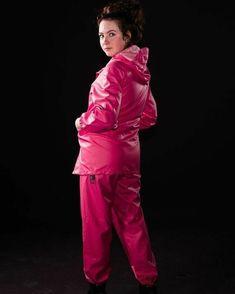 Pink Raincoat, Plastic Raincoat, Imper Pvc, Rain Suit, Rain Gear, Bronze, Cosplay Outfits, Girls In Love, Girls Wear