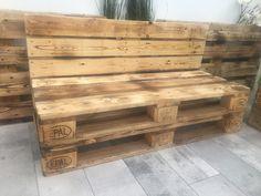 Moderne Paletten-Bank handgefertigt aus Europaletten. Die Bank ist: - geschliffen - beflammt - geölt Bitte beachtet, dass die Holzmaserung und die Brandstempel von Palette zu Palette...