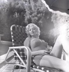 "summers-in-hollywood: ""Marilyn Monroe sunbathing, Photo taken by Harold Lloyd "" Marylin Monroe, Marilyn Monroe Fotos, Marilyn Monroe Curves, Hollywood Glamour, Hollywood Actresses, Classic Hollywood, Old Hollywood, Harold Lloyd, Actrices Sexy"