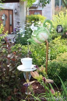 How to Make this Whimsical Teapot Garden Feature - DIY Garden Decor Garden Crafts, Diy Garden Decor, Garden Projects, Garden Decorations, Diy Projects, Yard Art, Design Exterior, Garden Stand, Garden Whimsy