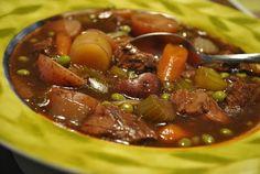 Mettre tous les légumes, sauf les pois, le boeuf , le vin et saler, poivrer. Délayer la sauce en poudre dans le bouillon de boeuf et ajouter dans la mijoteuse...