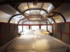 O interior de um trailer adaptado  (Foto: Jan Brockhaus/Divulgação)  http://g1.globo.com/turismo-e-viagem/noticia/2013/01/hotel-substitui-quartos-por-trailers-e-cria-camping-urbano-em-berlim.html