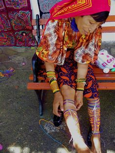 kuna woman wrapping her legs