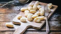 The secret of making the perfect gnocchi comes down to texture. Learn how with a drum sieve, mouli or potato ricer from The Essential Ingredient Newcastle. Sans Gluten Thermomix, Gnocchi Sans Gluten, Making Gnocchi, Potato Ricer, How To Make Potatoes, Types Of Cakes, Peeling Potatoes, Homemade Pasta, Kitchenaid